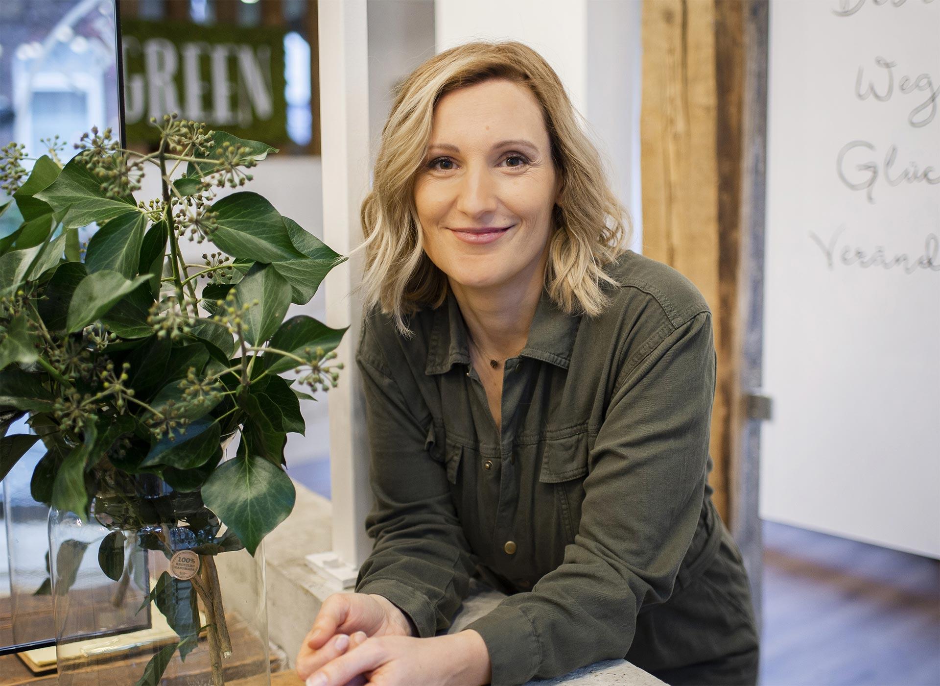 Lina im Salon Green